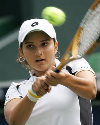 ミルザ18歳:BEST4: … '05AIGジャパンオープンテニス:Sania Mirza of India hits to return against Vera Zvonareva of Russia during... - Tennis - Yahoo! Sports