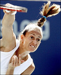 マリー・ピアース:BEST4:'05全米オープンテニス:Yahoo! Sports - Tennis - Photo - Mary Pierce of France serves to compatriot Amelie Mauresmo during t...