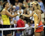 エレーナ・デメンティエワ:BEST4:'05全米オープンテニス:Yahoo! Sports - Tennis - Photo - Number six seeded Elena Dementieva (L) of Russia is congratulated a...