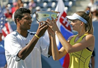 ダニエラ・ハンチュコバ 優勝♪:'05全米オープンテニス(ミックスダブルス):Yahoo! Sports - Tennis - Photo - Daniela Hantuchova of Slovakia, right, and Mahesh Bhupathi, of the ...
