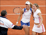 エレーナ・デメンティエワ:フェド杯:Yahoo! Sports - Tennis - Photo - Russian Elena Dementieva (C) and Dinara Safina (R) celebrate with t...
