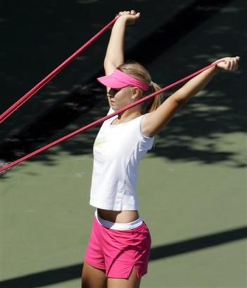 マリア・シャラポワ:BEST4:'05全米オープンテニス:Yahoo! Sports - Tennis - Photo - Maria Sharapova, of Russia, does stretching exercises on a practice...