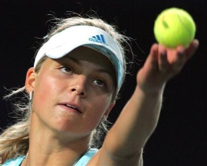 シャラポワvs.キリレンコ'05チャイナオープンテニス準決勝:Yahoo! Sports - Tennis - Photo - Russia's Maria Kirilenko serves to China's Sun Tiantian during thei...